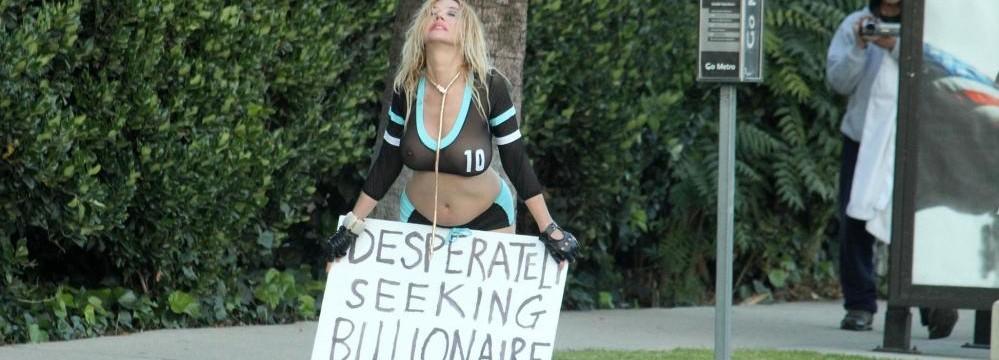 """Nadeea Volianova si mette in mostra e va a caccia per strada del """"vero"""" amore… però miliardario!"""